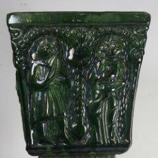 Antigüedades: MACETERO DE JARDIN. CERÁMICA ESMALTADA EN VERDE. MÚSICOS. SIGLO XX. . Lote 114995723