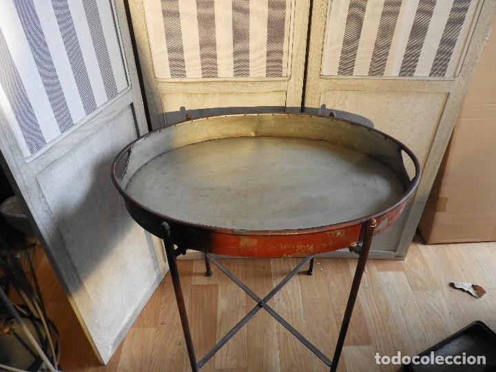 Antigüedades: MESA O BANDEJA CON PATAS METALICAS - Foto 3 - 115023247