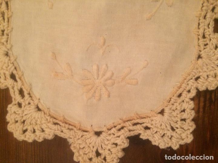Antigüedades: Antiguo pequeño tapete para mesa o mueble de ropa y puntilla de ganchillo de los años 40-50 - Foto 2 - 115027423