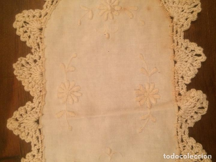 Antigüedades: Antiguo pequeño tapete para mesa o mueble de ropa y puntilla de ganchillo de los años 40-50 - Foto 3 - 115027423