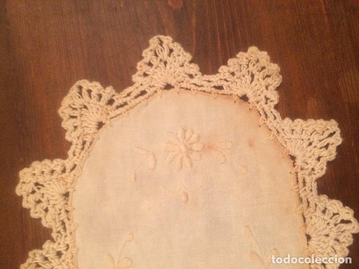 Antigüedades: Antiguo pequeño tapete para mesa o mueble de ropa y puntilla de ganchillo de los años 40-50 - Foto 4 - 115027423