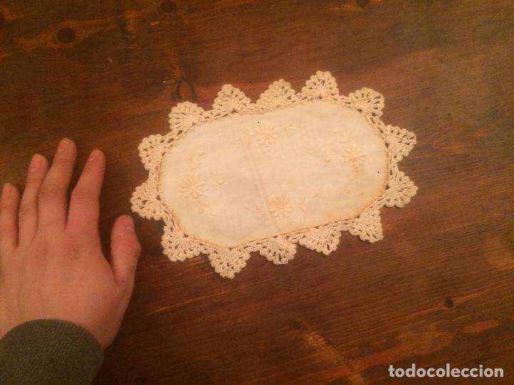 Antigüedades: Antiguo pequeño tapete para mesa o mueble de ropa y puntilla de ganchillo de los años 40-50 - Foto 5 - 115027423
