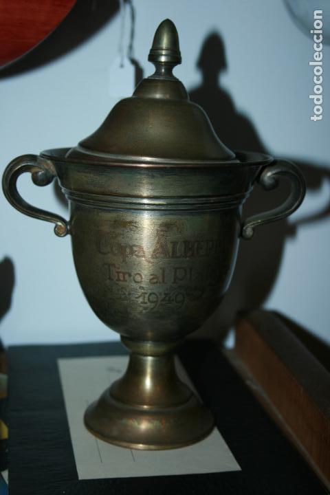 COPA METÁLICA TIRO AL PLATO AÑO 1949 COPA ALBERDI. FALTA LIMPIEZA. MIDE 21 X 15 CMS. (Antigüedades - Hogar y Decoración - Trofeos de Caza Antiguos)