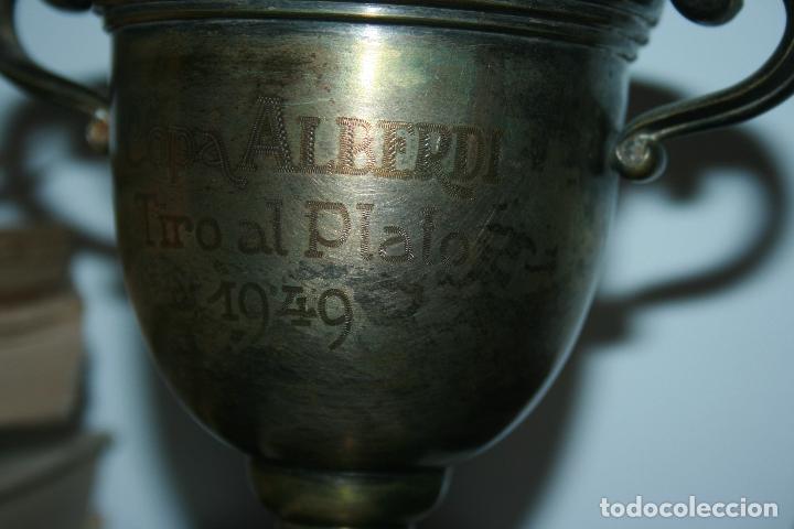 Antigüedades: copa metálica tiro al plato año 1949 copa alberdi. falta limpieza. mide 21 x 15 cms. - Foto 4 - 191090090