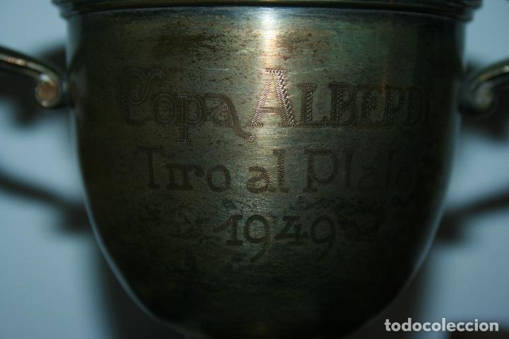 Antigüedades: copa metálica tiro al plato año 1949 copa alberdi. falta limpieza. mide 21 x 15 cms. - Foto 5 - 191090090