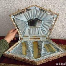 Antigüedades: ESTUCHE ANTIGUO CON 3 PEINES Y ESPEJITO.. Lote 114934703