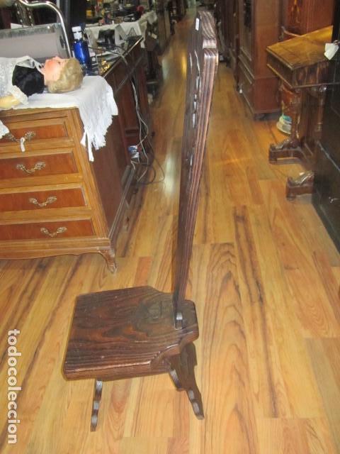 Antigüedades: Original silla de madera rústica, con respaldo alto y asiento bajo. 28 x 35 x 105 cms .altura - Foto 2 - 115185155