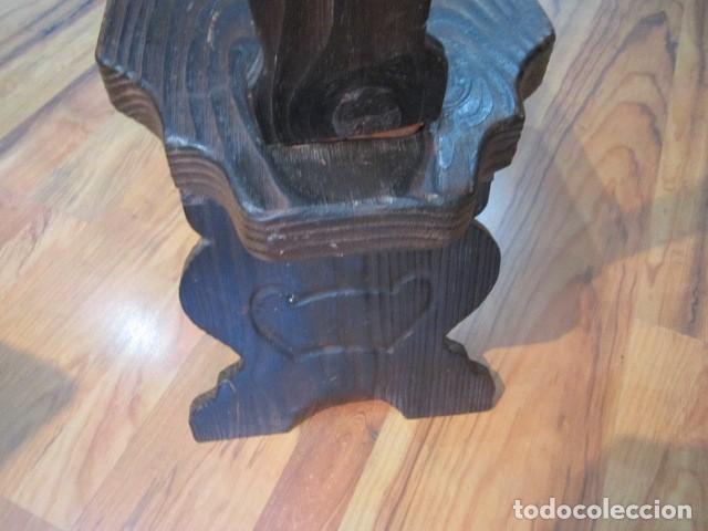Antigüedades: Original silla de madera rústica, con respaldo alto y asiento bajo. 28 x 35 x 105 cms .altura - Foto 7 - 115185155