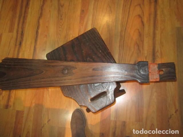 Antigüedades: Original silla de madera rústica, con respaldo alto y asiento bajo. 28 x 35 x 105 cms .altura - Foto 8 - 115185155