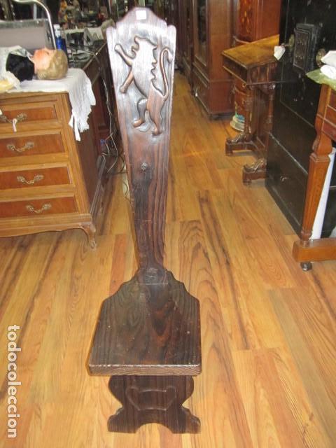 ORIGINAL SILLA DE MADERA RÚSTICA, CON RESPALDO ALTO Y ASIENTO BAJO. 28 X 35 X 105 CMS .ALTURA (Antigüedades - Muebles Antiguos - Sillas Antiguas)
