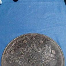 Antigüedades: ANTIGUO PLATO DE METAL REPUJADO PARA COLGAR. Lote 115201059
