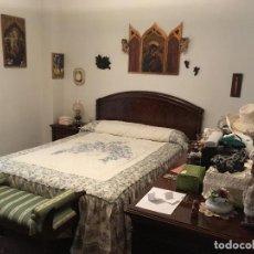 Antigüedades: DORMITORIO COMPLETO CLASICO PERFECTO ESTADO,ARMARIO,MESITAS DE NOCHE COMODA DESCALZADORA NO INCLUIDA. Lote 115218479