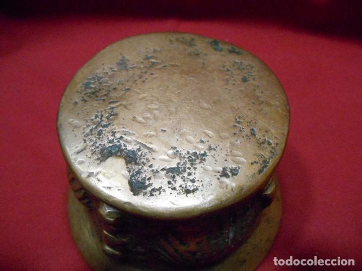 Antigüedades: ALMIREZ DE BRONCE CON RELIEVES DE CONCHAS Y 4 COSTILLAS - SIGLO XVIII - - Foto 4 - 115253851