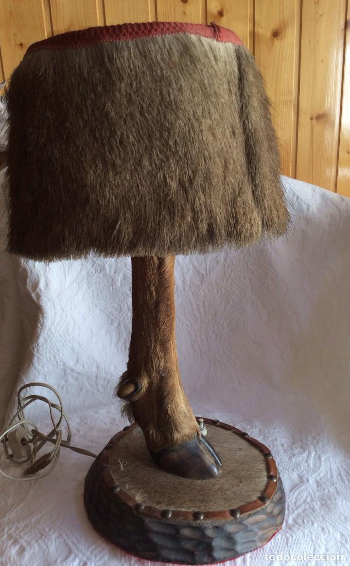 LAMPARA DE SOBREMESA ,REALIZADA CON PATA DE JABALÍ,IDEAL DECORACIÓN AMBIENTE RÚSTICO (Antigüedades - Iluminación - Lámparas Antiguas)