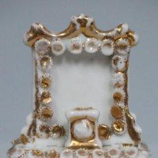 Antigüedades: ANTIGUA CAJA ISABELINA DE PORCELANA EN FORMA DE ALTAR. SIGLO XIX. FALTAS. Lote 115334891