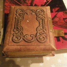 Antigüedades: ANTIGUO ALBUM DE FOTOS TAPA DE CUERO CIERRE DE METAL CON 1 FOTOGRAFÍA MEDIDA 16 X 14 X 6 CM. . Lote 115341275