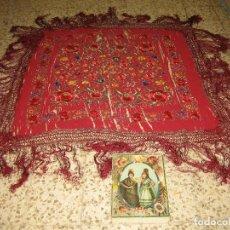 Antigüedades: ANTIGUO MANTÓN EN SEDA BORDADO A MANO. MEDIDAS 130 X130 CM. FLECOS 40 CM. Lote 115392703