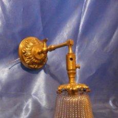 Antigüedades: APLIQUE MODERNISTA DE BRONCE CON TULIPA DE CRISTAL PRENSADO. Lote 115401263