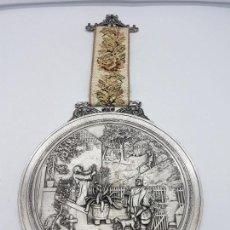 Antigüedades: FANTÁSTICO GRAN MEDALLÓN ALEMÁN EN PELTRE CON ESCENAS COTIDIANAS EN RELIEVE, SELLADO EN EL REVERSO.. Lote 115410403