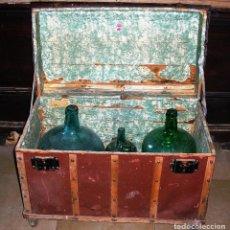 Antigüedades: LOTE DE BAUL Y 4 GARRAFAS DAMAJUANA. Lote 115412775