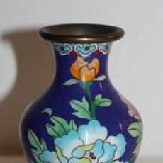 Antigüedades: PEQUEÑO JARRÓN CHINO EN METAL CLOISONNÉ - FLORES Y MARIPOSA - MEDIADOS DEL SIGLO XX. Lote 115424979