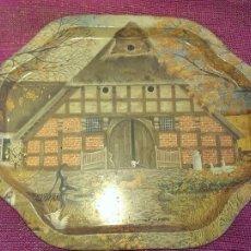 Antigüedades: ANTIGUA BANDEJA EN METAL LITOGRAFIADA CON DIBUJO CASA, GRANJA FUENTE COLECCION. Lote 115438559