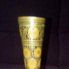 Antigüedades: PEQUEÑO FLORERO MOTIVOS GIRASOLES EN METAL ALTURA 20 CMS . Lote 115453931