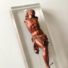 Antigüedades: CRUCIFIJO TALLA MADERA JESUCRISTO BARROCO 30 CM ALTURA SIGLO XVIII SOBRE SOPORTE METRACRILATO. Lote 115472451