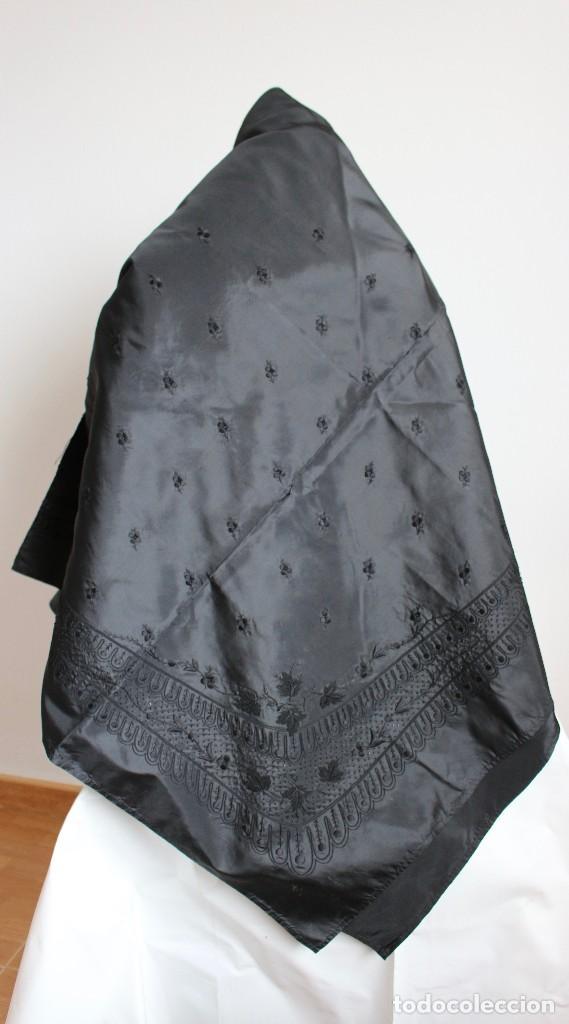 ELEGANTE MANTON O CHAL DE SEDA CON BORDADO. 147 X 143 CM (Antigüedades - Moda y Complementos - Mujer)