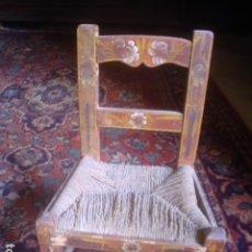 Antigüedades: SILLA PARA MUÑECA O DECORACION EN MADERA PINTADA A MANO SIGLO XIX. Lote 115501599