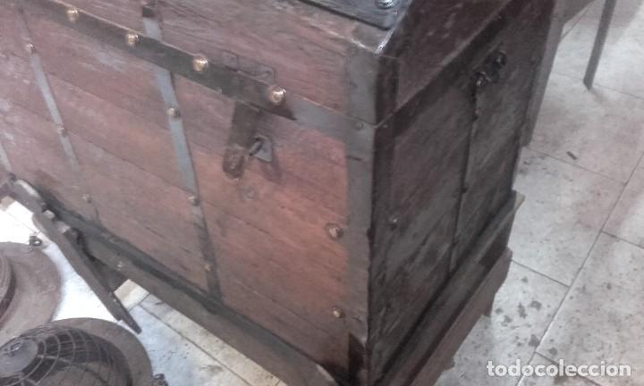 Antigüedades: PRECIOSO BAUL GRANDE COMPLETO Y FUNCIONANDO LAS LLAVES. TIENE BURRILLA - Foto 6 - 115504823