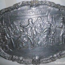 Antigüedades: BANDEJA DE PELTRE CON ESCENAS. Lote 115522051