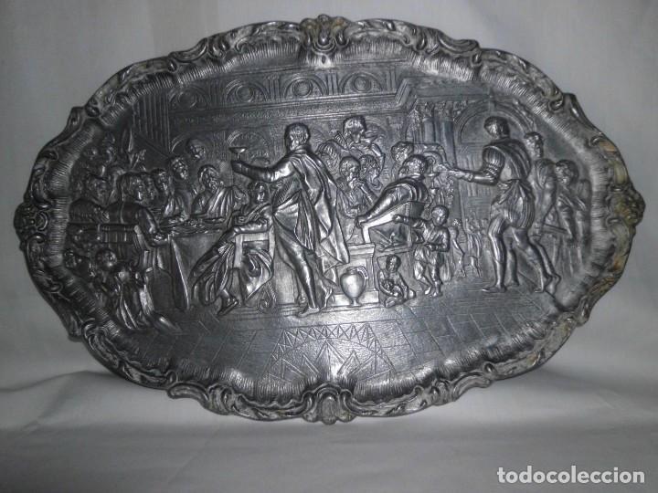 BANDEJA DE PELTRE CON ESCENA ÉPOCA ISABELINA (Antigüedades - Hogar y Decoración - Bandejas Antiguas)