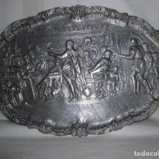 Antigüedades: BANDEJA DE PELTRE CON ESCENA ÉPOCA ISABELINA. Lote 115522051