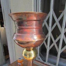 Antigüedades: MACETERO ANTIGUO PARA PLANTAS. EN COBRE. MUY ALTA: 60 CMS. Lote 115551467