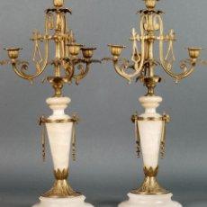 Antigüedades: PAREJA DE CANDELABROS CANDELEROS DE MÁRMOL BLANCO Y BRONCE NAPOLEÓN III SIGLO XIX. Lote 115553695