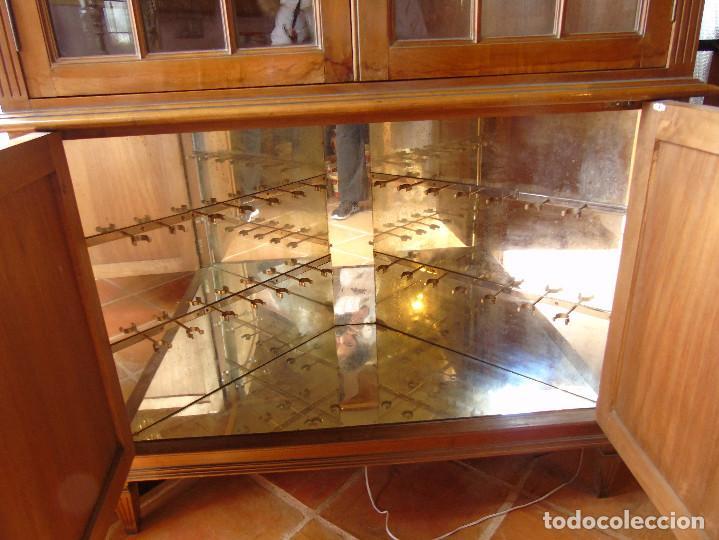 Antigüedades: ANTIGUA VITRINA ESQUINERA. MADERA Y CRISTAL PARTE INFERIOR MUEBLE-BAR CON ESPEJOS.CON LUZ. - Foto 9 - 115559903