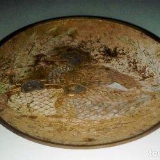 Antigüedades: PLATO DECORATIVO PARA COLGAR DE METAL 24 CMS. DIÁMETRO MOTIVO FAMILIA PATOS. Lote 115563007