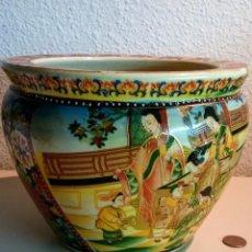 Antigüedades: GRAN MACETERO EST.SATSUMA DE PORCELANA MUY ANTIGUA. Lote 115571347