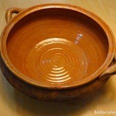 Antigüedades: CAZUELA DE BARRO COCIDO. DIAMETRO 29,5 CM. ALTURA 12 CM. PEQUEÑO GOLPE (VER FOTOGRAFIAS). Lote 115590475