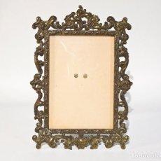 Antigüedades: PORTAFOTOS MARCO BRONCE ESTILO ANTIGUO VIDRIO CURVO. Lote 115591315