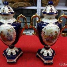 Antigüedades: PAREJA DE JARRONES DE PORCELANA FRANCESA DE MEDIADOS DEL SIGLO XX. Lote 115593143
