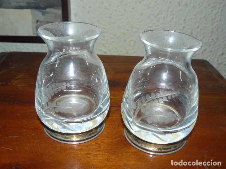 Antigüedades: Dos antiguo jarroncitos de Bohemia en cristal tallado con pie de plata de ley contrastada - Foto 2 - 115604771