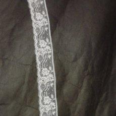 Antigüedades: PUNTILLA DE ENCAJE DE VALENCIENNES BLANCO ANCHA. 6 METROS. Lote 115615182