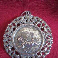 Antigüedades: BONITA MEDALLA LABRADA EN PLATA DE LEY. Lote 115641279