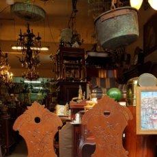 Antigüedades: ANTIGUA PAREJA DE SILLAS EN MADERA MACIZA. Lote 115647688