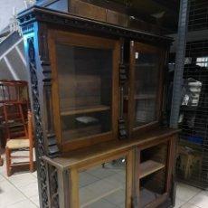 Antigüedades: LIBRERO DE ROBLE EN ESTILO GOTICO TALLADO. Lote 115652151
