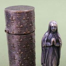 Antigüedades: VIRGEN MARIA DE METAL PLATEADO. ESTUCHE DE VIAJE CILINDRICO. CIRCA 1940. . Lote 115691039