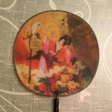 Antigüedades: PAYPAY CON DIBUJOS DE GEISHA Y AMBIENTE JAPONÉS. Lote 115695503