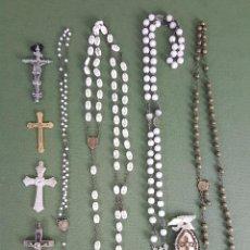 Antigüedades: CONJUNTO DE 4 ROSARIOS Y 5 CRUCIFIJOS. CUENTAS DE CRISTAL Y METAL. CIRCA 1950. . Lote 115697363